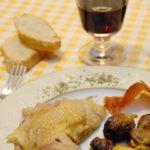 Poulette (Noire d'Astarac Bigorre ou poule gasconne) farcie aux oignons de Trébons et aux châtaignes